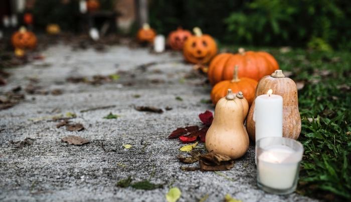 idée décor extérieur pour la fête de Halloween, diy décoration devant maison avec citrouilles oranges et bougies