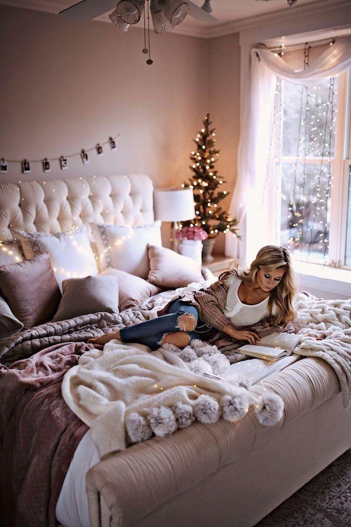exemple deco chambre romantique avec tete de lit capitonnée, coussins mauve et blanc, couverture de lit moelleuse, guirland elumineuse decorative, deco chambre hiver noel