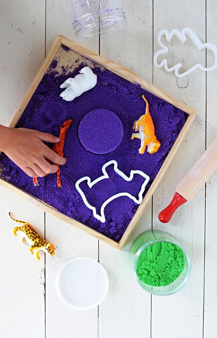 comment fabriquer du sable magique coloré, bac sensoriel pour enfant avec du sable violet à modeler
