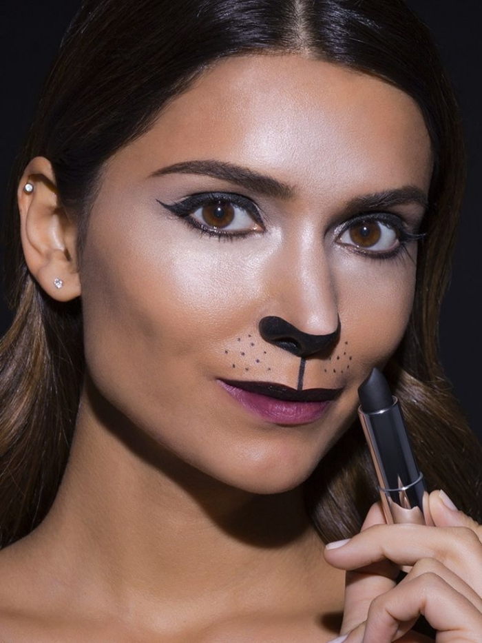 technique de maquillage simple pour halloween, idée maquillage chat halloween avec rouge à lèvre noir mat et eyeliner