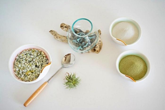 comment faire un terrarium avec des couches de sables colorés et naturels, mini terrarium décoré de gravier
