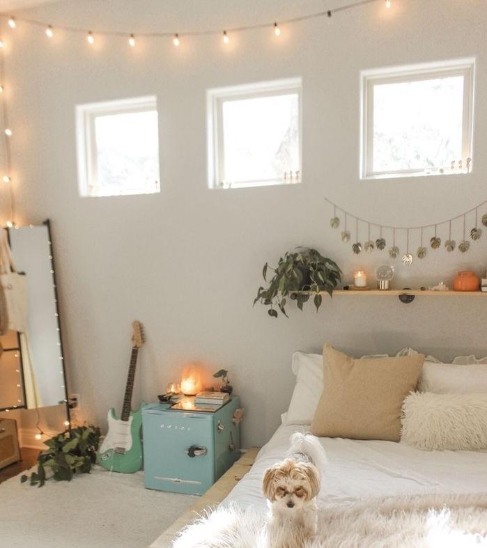 exemple comment décorer sa chambre avec une guirlande lumineuse interieur, murs blancs, jeté de lit peau de mouton, coussins decoratifs, tete de lit etagere de bois, deco chambre theme musicale