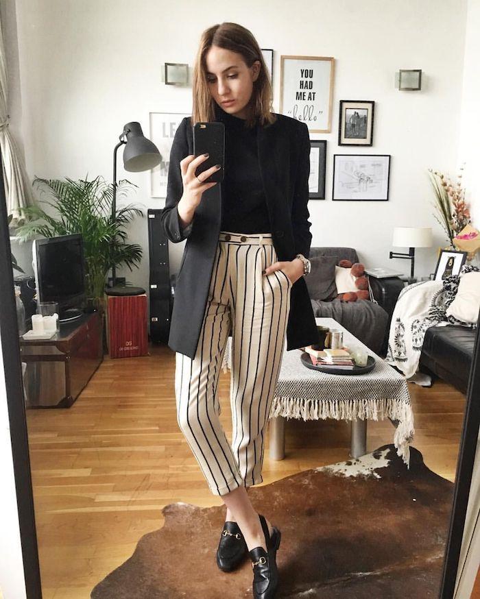 T-shirt noire et pantalon à taille haute femme chic tendance 2019-2020, idée tenue moderne avec pantalon blanc rayé