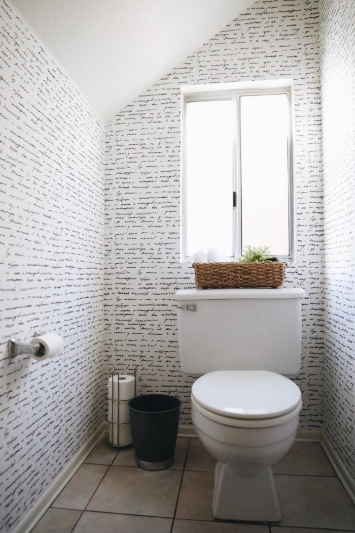 idée papier peint toilette, aménagement petit espace en couleurs clairs, modèle toilette sous pente en blanc