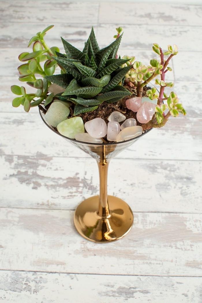 activité manuelle facile et rapide, projet créatif jardinage, faire un mini jardin dans un verre cocktail peint en or