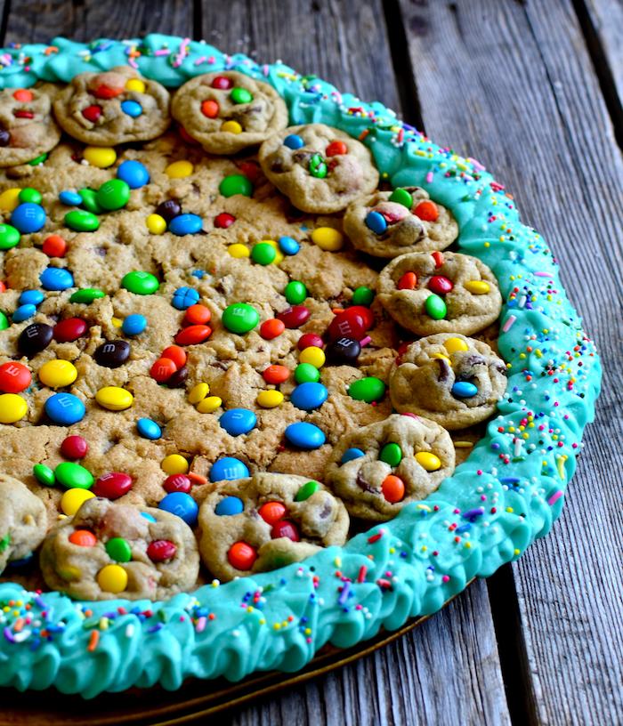 recette cookie géant facile avec pate a cookie et deco bordure de cookies aux mms bonbons colorés de chocolat et bordure de crème verte aux vermicelles de sucre