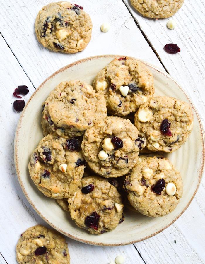 pate a cookie aux flacons d avoine avec des canneberges, pépites de chocolat blanc pour petit déjeuner minceur
