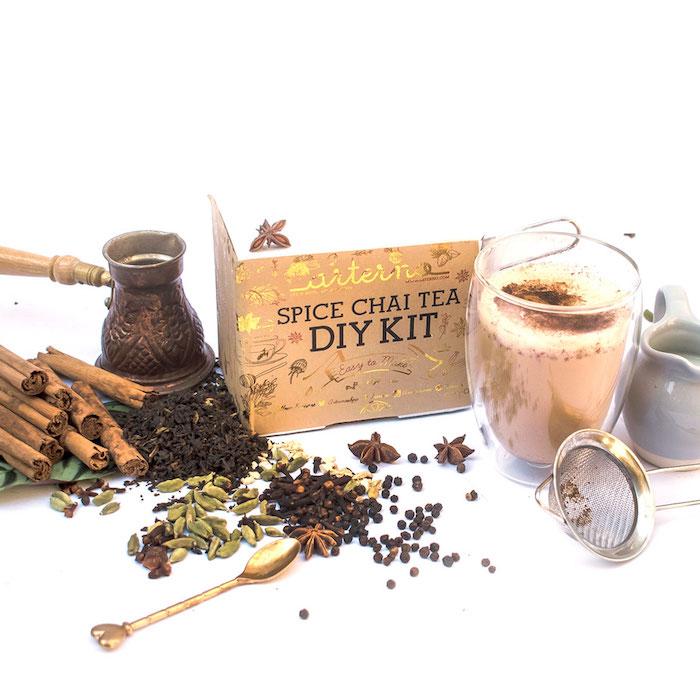 Thé épicé bougies aromatisées, idée cadeau commun pour parents, offrir un bon cadeau pour les amoureux de thé