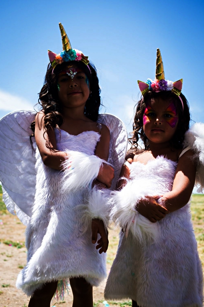 idée de déguisement licorne fille avec robe en fourrure, des ailes d'ange et un serre-tête licorne