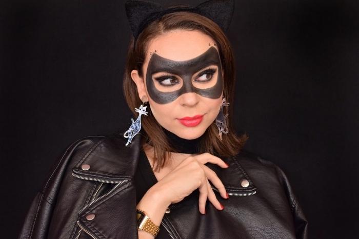 comment se déguiser pour Halloween dernière minute, exemple de maquillage catwoman avec masque peinture visage