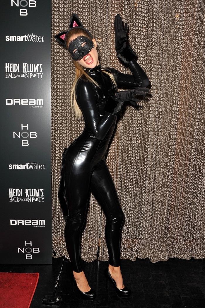 idée deguisement adulte femme, costume de catwoman avec ensemble cuir noir et serre tête oreilles de chat halloween