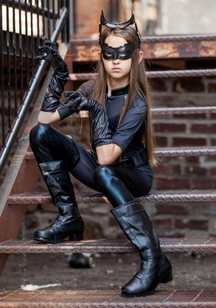 idée déguisement catwoman pour petite fille, costume halloween pour enfant avec ensemble noir et accessoires en cuir noir