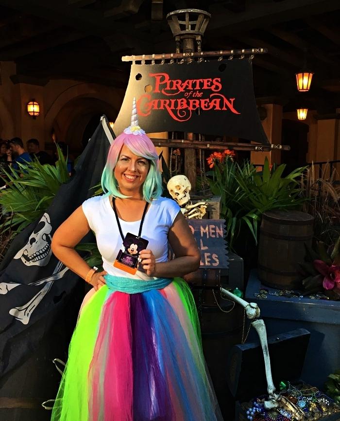 costume licorne avec jupe tutu longe aux couleurs flashy et une perruque pastel ornée de corne