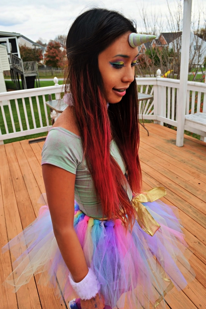 déguisement licorne fille avec jupe tutu arc-en-ciel, maquillage des yeux arc-en-ciel