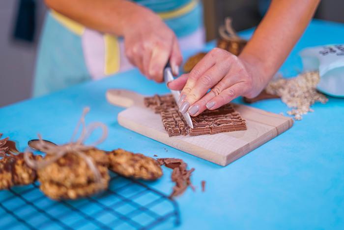 cookies flacon d avoine recette simple, comment couper le chocolat en copeaux de chocolat d un couteau