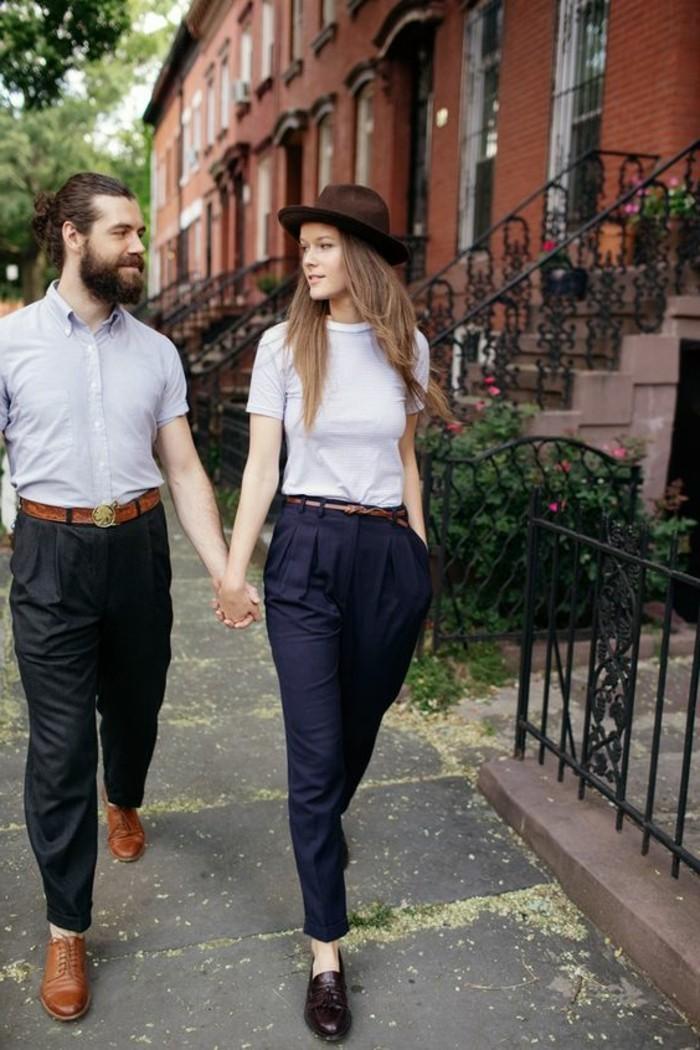 Couple bien habillés, idée t-shirt et pantalon carotte, tenue simple pour homme et pour femme, promenade à brooklyn en automne