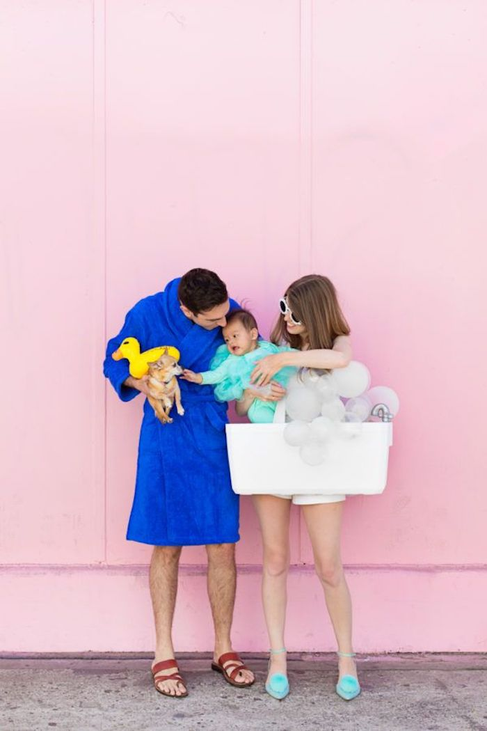 Rose mur photo, couple avec son bébé et le chien, prendre une baignoire déguisement halloween fait maison, idée costume halloween