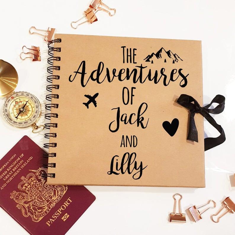 Aventures de Jack et Lilly album photo scrapbooking, idée voyage couple cadeau, box cadeau pour couple, coffret cadeau couple joliment emballé