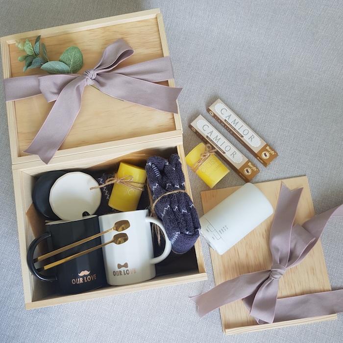 Cadeau mariage personnalisé, originale idée pour les invitées mariage quoi offrir, coffret chaussettes, deux bougies, tasses avec les noms, miel bocal en verre dans une boite bois