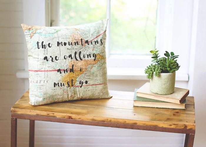 Idée de cadeau pour couple, cadeau 1 an couple, coussin carte du monde et citation, cool idée cadeau déco pour la maison