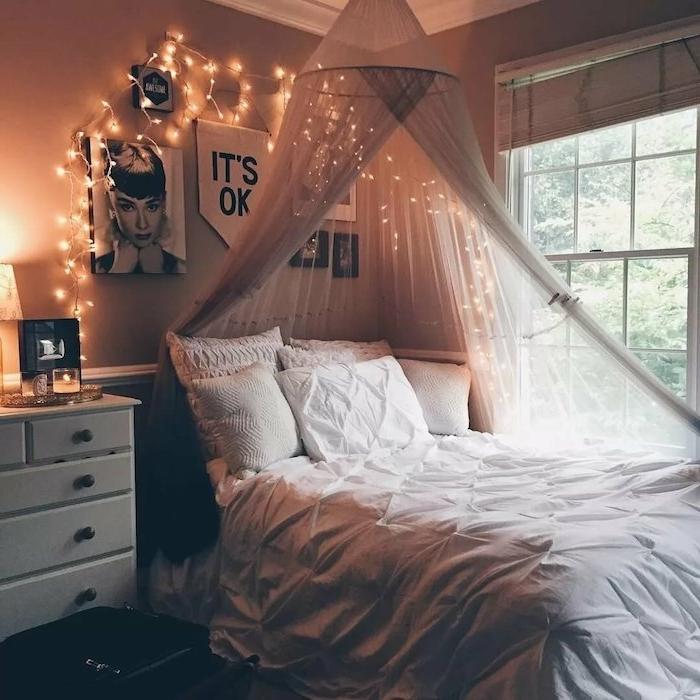 pinterest chambre tumblr deco avec lit baldquin, linge maison blanc, guirlande lumineuses deco murale, cadres images noir et blanc