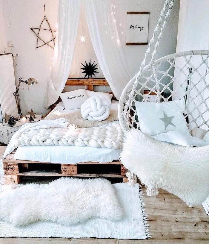 fabriquer un lit en palette pour la décorer sa chambre, linge maison blanc, ciel de lit, deco chambre ado, fauteuil cosy suspendu, tapis blancs