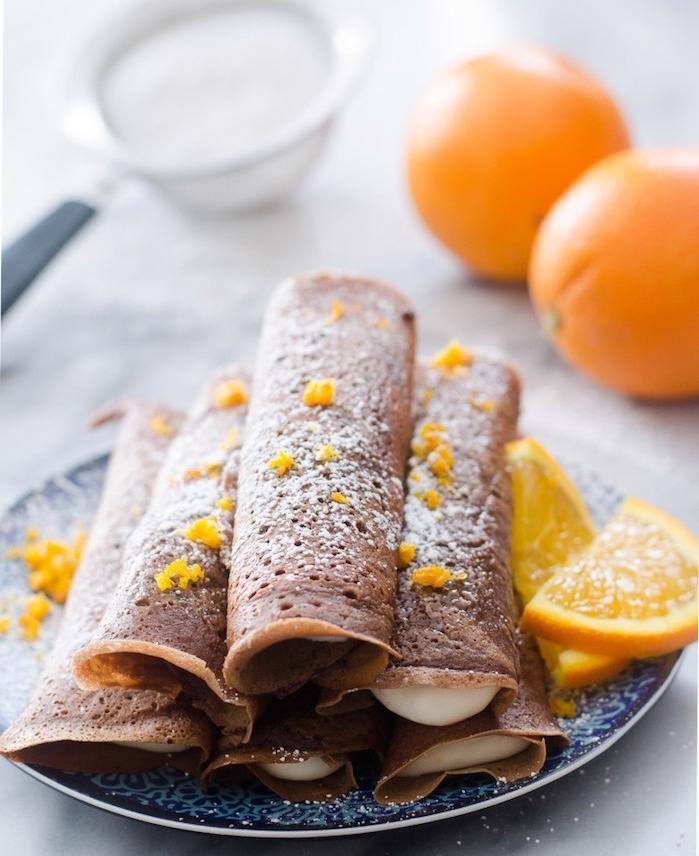 pate a crepe recette à base d oranges avec zeste d orange dans la pate et pour le topping, tranches d orange et sucre glace