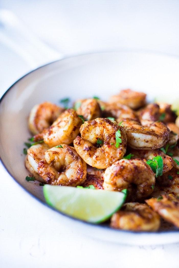 crevettes poêlées au jus de citron vert et persil pour garnir des tacos maison, recette de tacos aux crevettes