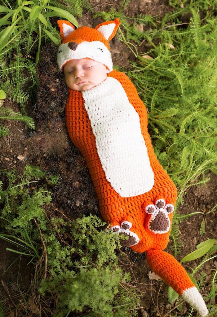 Renard costume en crochet, bébé dans le jardin en déguisement de renard, deguisement bebe halloween, s'habiller pour la fête