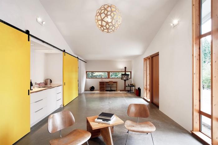 agencement cuisine étroite de style contemporain en blanc et jaune avec accent bois, exemple aménagement grange