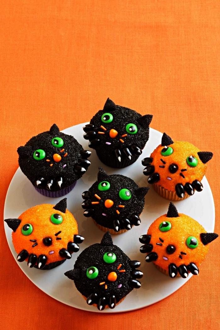 cupcakes chats d'halloween au décor en sucre coloré, recette gateau halloween maternelle à faire avec les enfants