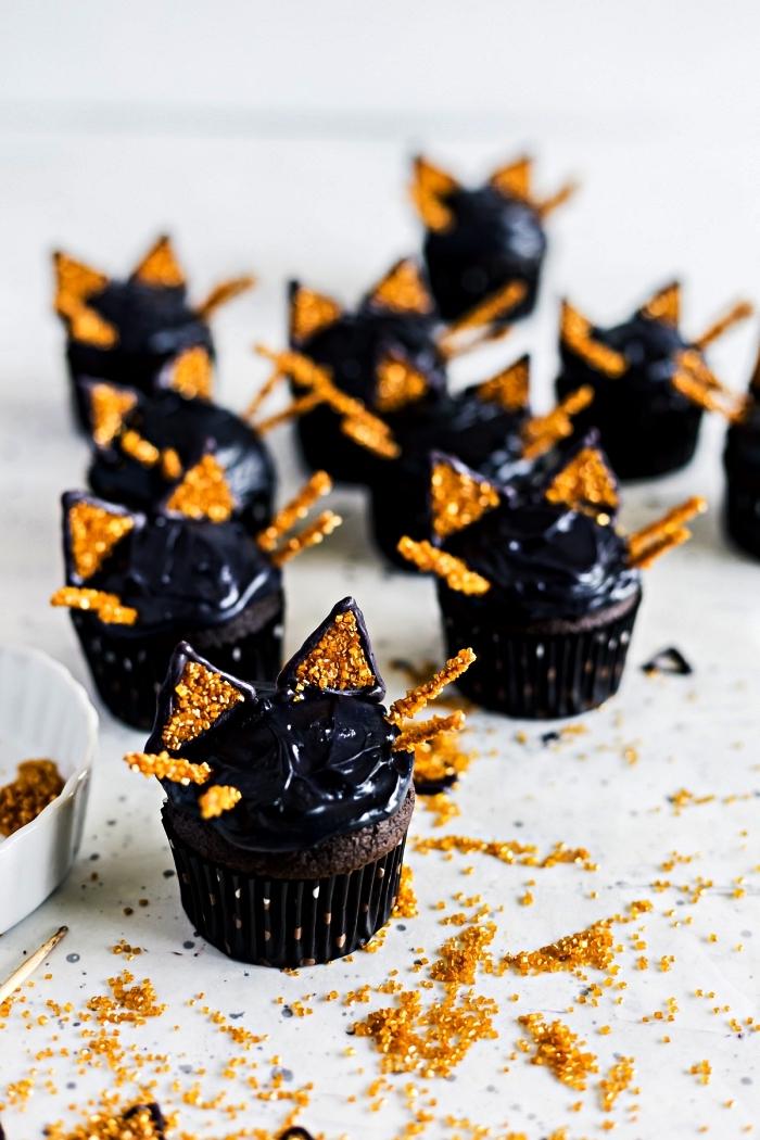 cupcakes d'halloween au glaçage noir décoré de sucre doré et de, petit gateau individuel à faire soi même pour halloween