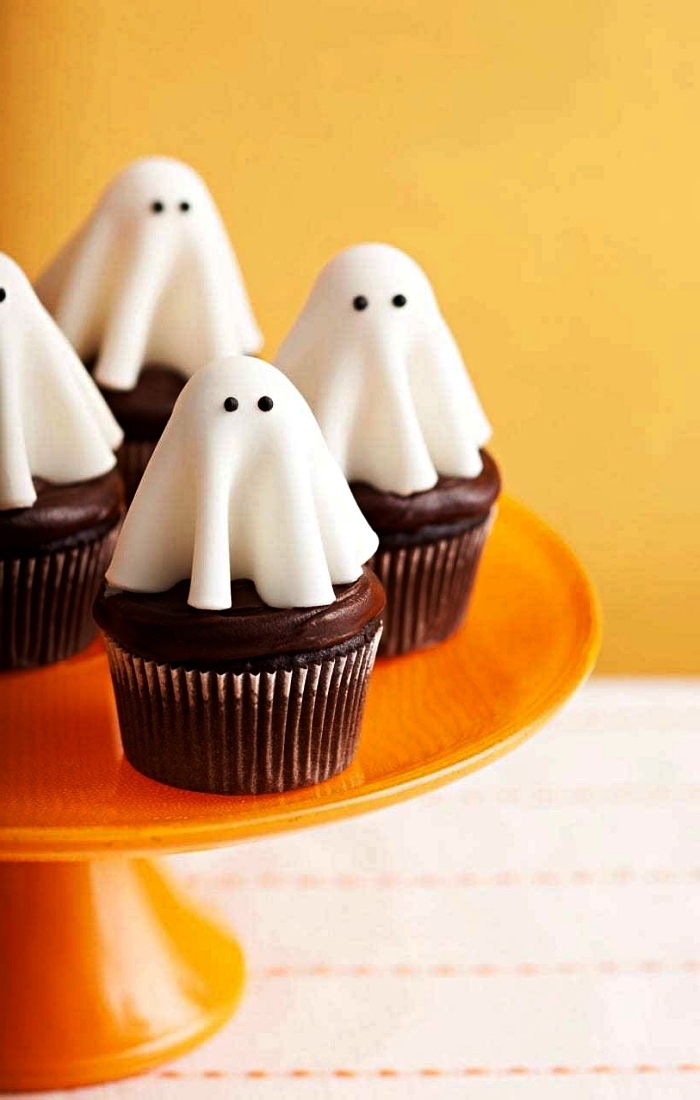 deco gateau halloween de fantômes en pâte d'amande, cupcakes fantômes d'halloween au chocolat