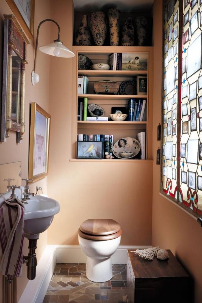 exemple comment refaire ses toilettes avec peinture tendance, décoration murale avec cadres photos retro style