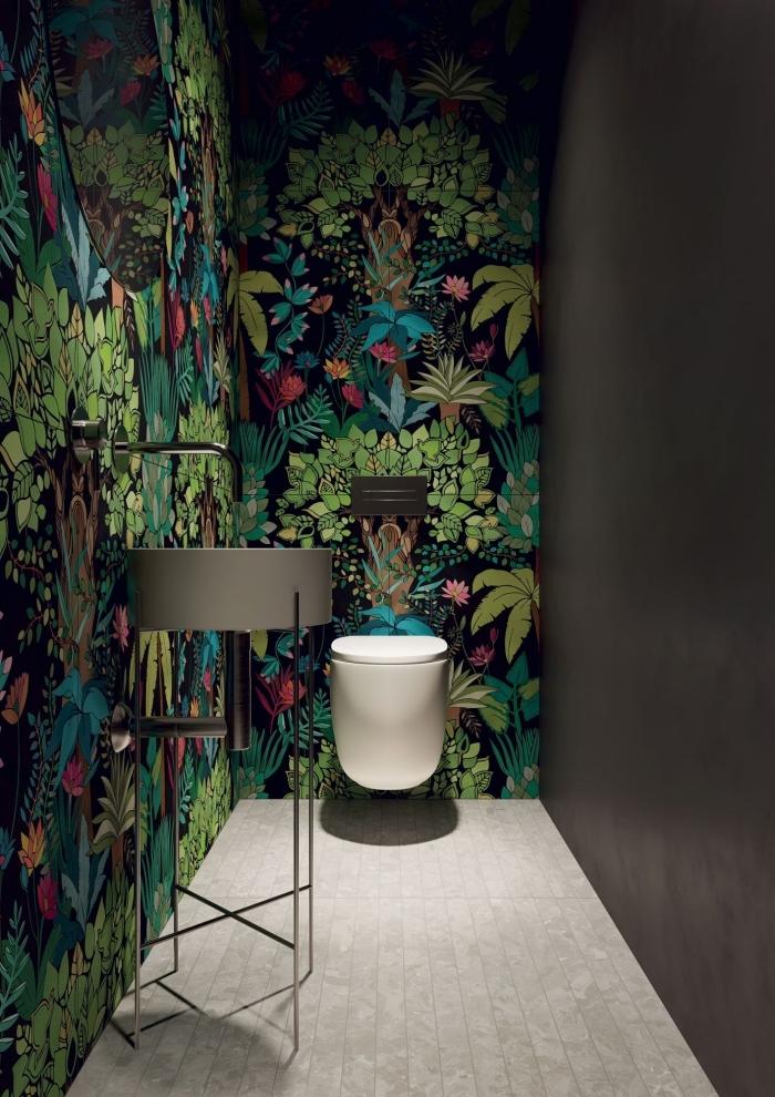 quelle peinture toilette tendance, modèle de petite salle wc avec mur gris anthracite et habillage mural en papier peint tropical