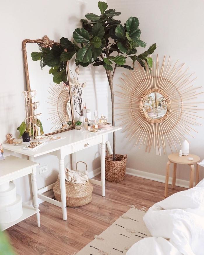 miroir decoratif en forme de soleil, aménagement chambre bohème chic au parquet bois et murs blancs avec accessoires fibre végétale