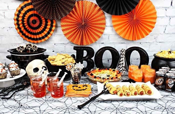 idées de recettes pour un apéro d'halloween facile, décoration de table effrayante en noir, orange et blanc
