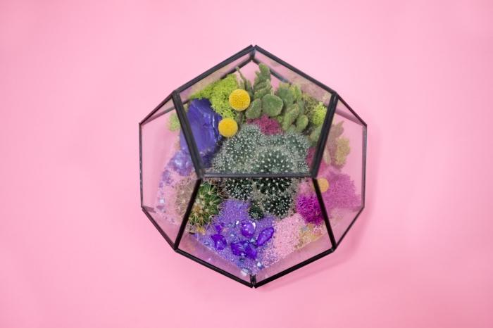 activité manuelle ado, faire un mini jardin avec faux plantes et cailloux colorés, objet décoration bureau fille DIY