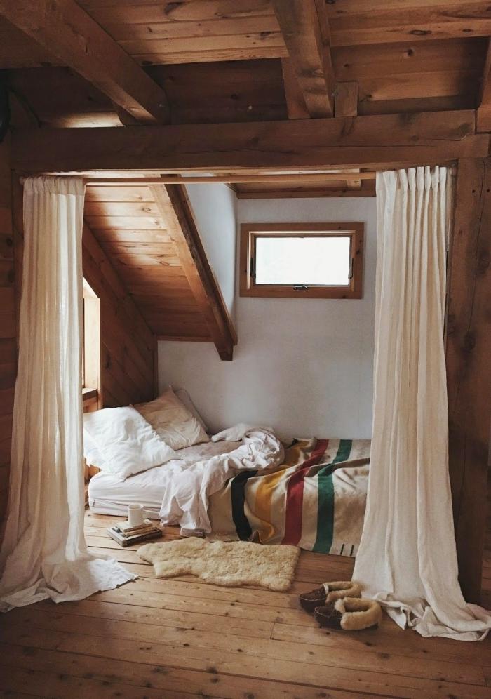 idée comble aménageable, design chambre sous pente à design chalet aux murs blancs, modèle tapis effet peau animale