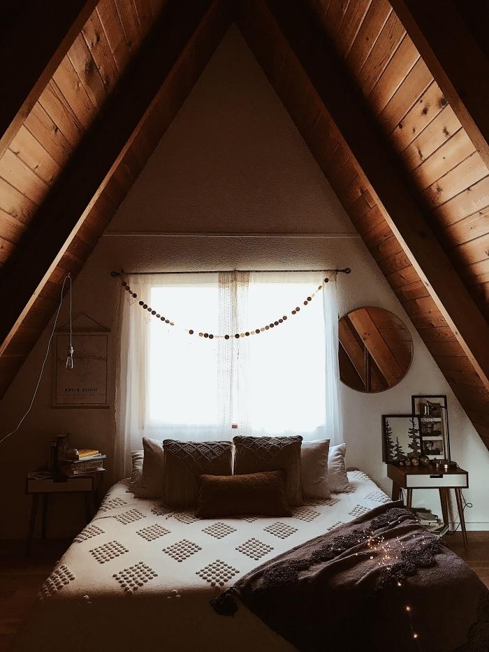 exemple de comble aménageable en chambre à coucher style chalet et bohème, décoration sous pente hippie chic