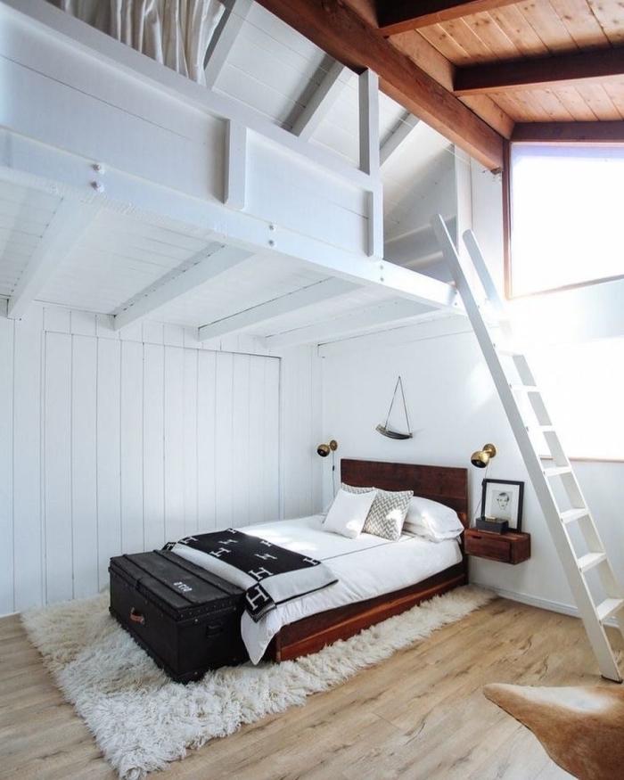 exemple de grange aménagée en chambre mezzanine, déco chambre cocooning avec lit marron foncé et accents or