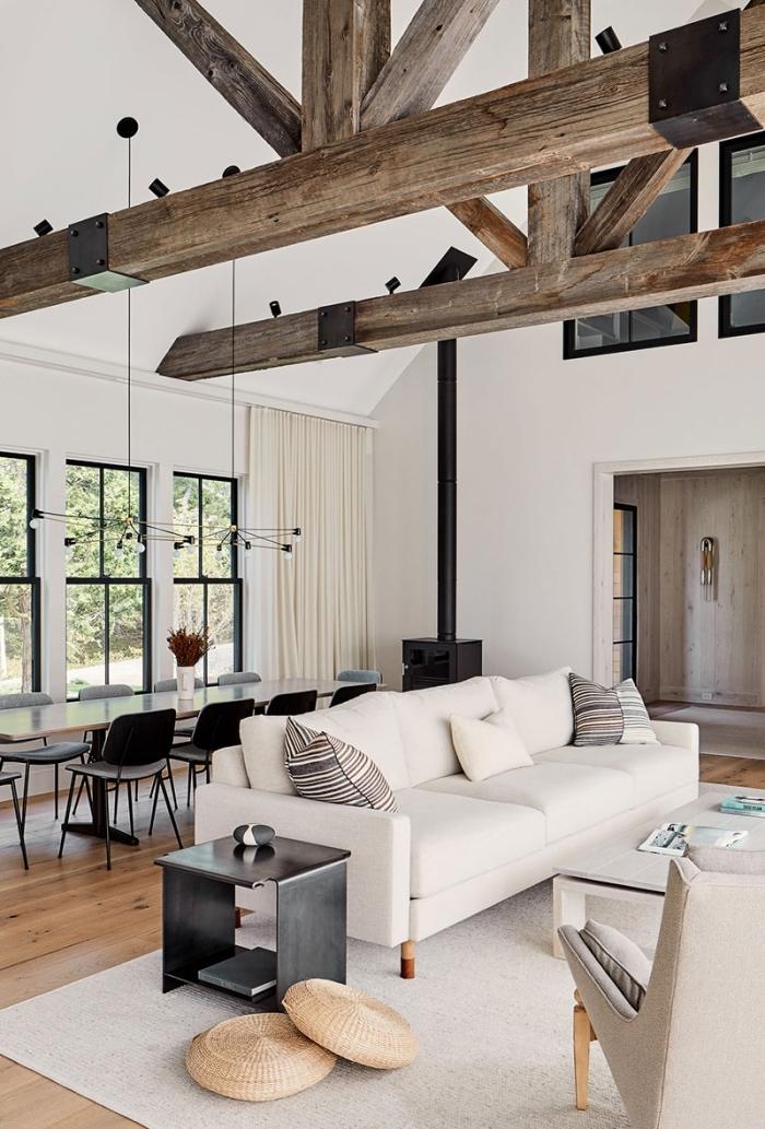 idée comment transformer grange en habitation, design salon blanc et boisa avec accents en noir et nuances de gris
