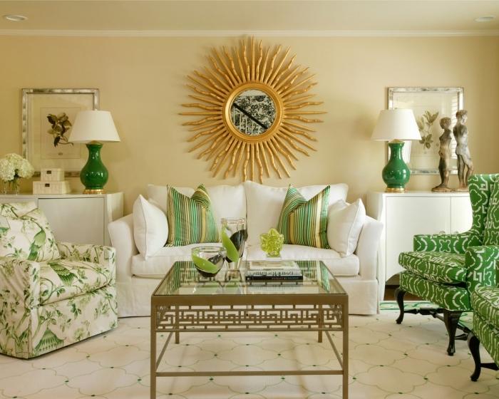 design salon traditionnel en blanc avec accents verts, modèle de miroir soleil doré sur un mur de salon beige