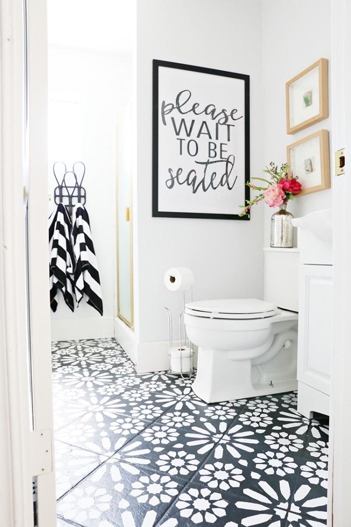 exemple de decoration wc moderne avec accessoires en noir, design intérieur wc aux murs blancs avec objets déco en bois et noir