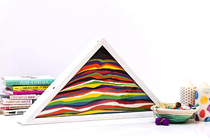boîte pyramide remplie de couches de sables colorés, idées de loisirs créatifs adultes avec du sable decoratif