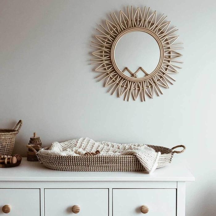 design intérieur style minimaliste, idée deco fait maison dans une chambre blanc et bois avec miroir rotin soleil