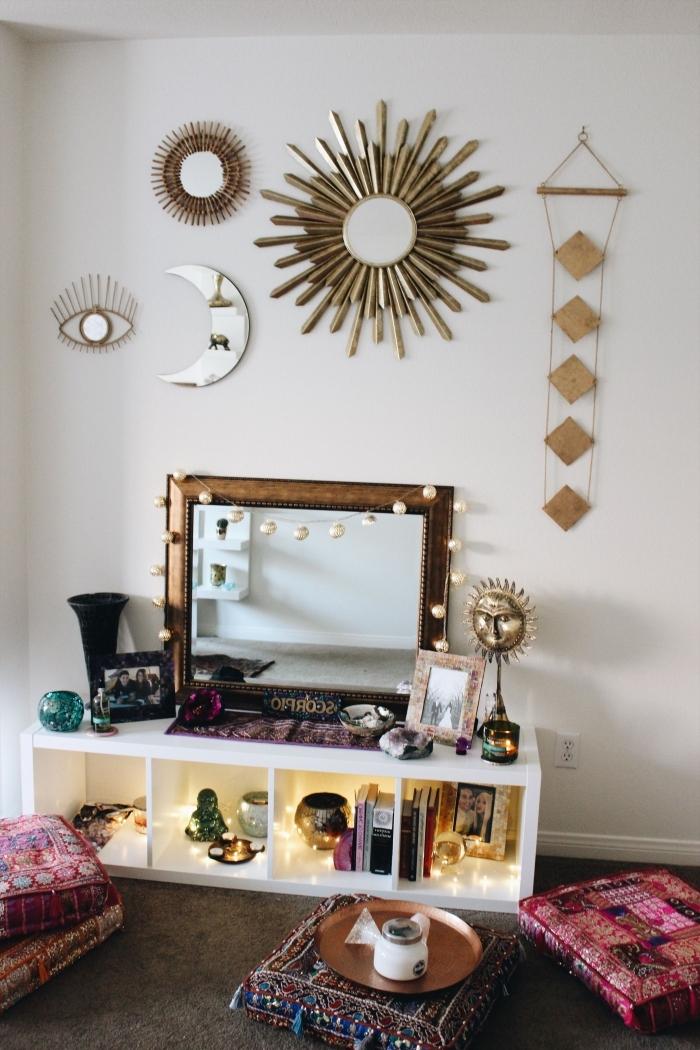 idée comment décorer sa chambre bohème, diy déco chambre facile, modèle de miroir doré soleil sur mur blanc