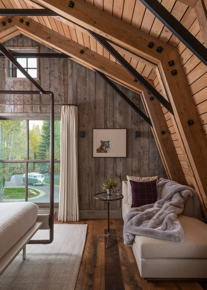 idée renovation grange, design chambre rustique de style déco chalet, idée coin cocooning avec canapé et table café