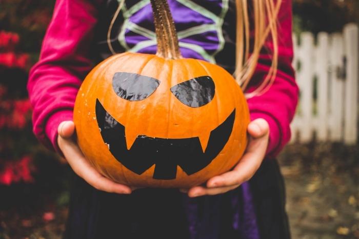 diy lanterne Jack'o à faire soi-même, activité manuelle facile pour Halloween, DIY citrouille halloween dessin couleur noir visage avec stickers autocollants