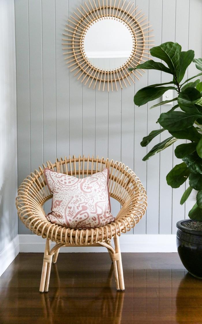 aménagement salon aux murs gris clair avec parquet bois foncé, deco fait maison avec miroir DIY ovale à bâtonnets bambou
